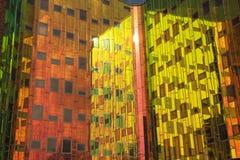 Immeuble de bureaux avec des réflexions colorées dans les fenêtres Photo stock