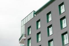 Immeuble de bureaux avec les fenêtres vertes Photographie stock libre de droits