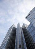 Immeuble de bureaux avec les hublots et le ciel Photos libres de droits
