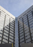 Immeuble de bureaux avec les hublots et le ciel Photographie stock libre de droits