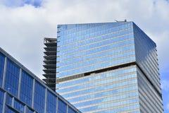 Immeuble de bureaux ayant beaucoup d'étages bleu à Moscou du centre La section ayant beaucoup d'étages Photo libre de droits