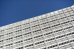 Immeuble de bureaux blanc moderne au plan rapproché Photos stock