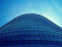 Immeuble de bureaux bleu, vue ascendante photos stock