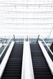 Immeuble de bureaux d'escalator, fond, surexposé photos libres de droits