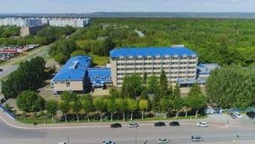 Immeuble de bureaux d'usine de vue aérienne près de secteur de demeure banque de vidéos