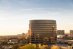 Immeuble de bureaux dans la lumière de début de la matinée Images stock