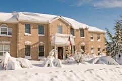 Immeuble de bureaux dans la neige profonde de l'hiver Images stock
