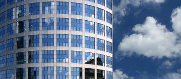 Immeuble de bureaux de façade en verre d'hublot Photographie stock libre de droits