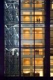 Immeuble de bureaux de nuit Photographie stock libre de droits