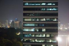 Immeuble de bureaux de photo la nuit Photos stock