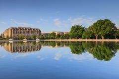Immeuble de bureaux de Washington DC reflété dans la piscine se reflétante de capitol Photographie stock libre de droits