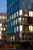 Immeuble de bureaux en soirée Images libres de droits