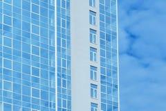 Immeuble de bureaux en verre à plusiers étages contre le ciel image stock