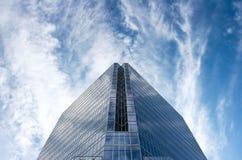 Immeuble de bureaux en verre en ciel bleu énorme Image libre de droits