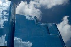 Immeuble de bureaux en verre reflété Photographie stock