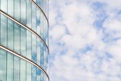 Immeuble de bureaux et ciel bleu Image stock