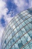 Immeuble de bureaux et ciel bleu Images stock