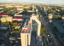 Immeuble de bureaux et rue de Respubliki Tyumen Photos libres de droits