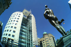 Immeuble de bureaux et statue Photos libres de droits