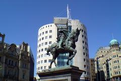 Immeuble de bureaux et statue Photographie stock libre de droits