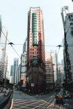 Immeuble de bureaux faisant le coin sur les rues de Hong Kong Island photo stock