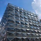 Immeuble de bureaux futuriste moderne avec la réflexion des nuages et du ciel bleu sur les vitraux images libres de droits