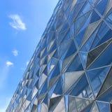 Immeuble de bureaux futuriste moderne avec la réflexion des nuages et du ciel bleu sur les vitraux image libre de droits