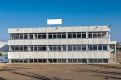 Immeuble de bureaux isolé image libre de droits