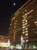 Immeuble de bureaux la nuit Photo stock