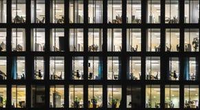 Immeuble de bureaux la nuit Photos libres de droits