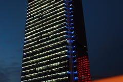 Immeuble de bureaux la nuit Images stock