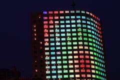 Immeuble de bureaux la nuit Images libres de droits