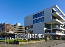 Immeuble de bureaux moderne à côté du grand signe en métal indiquant l'accueil à Brême dans quatre langues Photographie stock