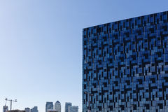 Immeuble de bureaux moderne avec la façade en verre bleue futuriste Images stock