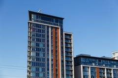 Immeuble de bureaux moderne avec la façade en verre bleue futuriste Photo libre de droits