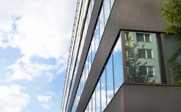 Immeuble de bureaux moderne avec la façade en verre Photos libres de droits