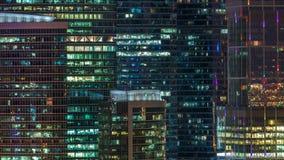 Immeuble de bureaux moderne avec les fenêtres rougeoyantes au timelapse de nuit Ville de Moscou clips vidéos