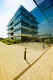 Immeuble de bureaux moderne avec un parking vide Images stock