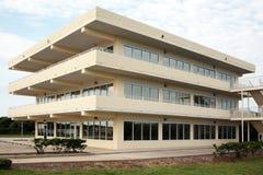 Immeuble de bureaux moderne de trois histoires Images libres de droits