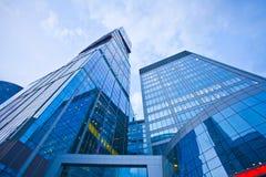 Immeuble de bureaux moderne en soirée Images stock