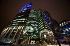 Immeuble de bureaux moderne la nuit Photos stock