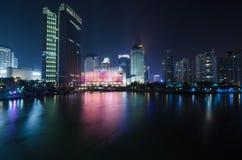 Immeuble de bureaux moderne la nuit Photo libre de droits