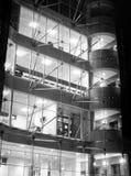 Immeuble de bureaux moderne - nuit images stock