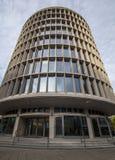 Immeuble de bureaux moderne Okraglak à Poznan photo stock