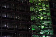 Immeuble de bureaux moderne vert de Windows Photos libres de droits