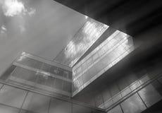 Immeuble de bureaux noir et blanc diagonal avec le fond de poutres du soleil image libre de droits