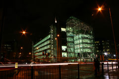 Immeuble de bureaux par nuit Images libres de droits