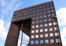 Immeuble de bureaux reflété image libre de droits