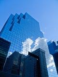 Immeuble de bureaux reflété Image stock