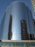 Immeuble de bureaux reflété photos libres de droits
